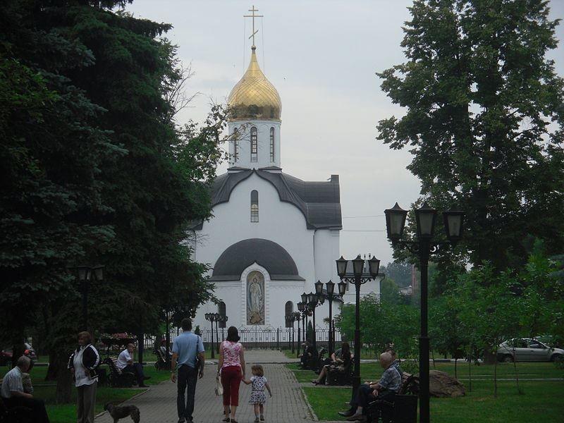 Смотреть красивый вид на храм Александра Невского со стороны проспекта Ленина