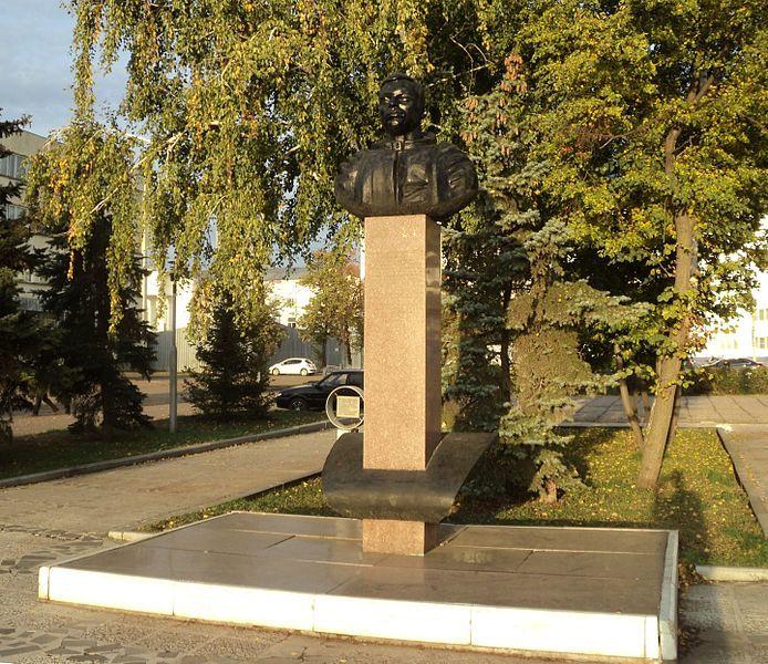 Памятник Ю.В. Романенко в городе Бузулук