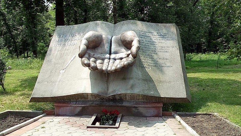 Памятник Жертвам бесланской трагедии на Аллее Славы