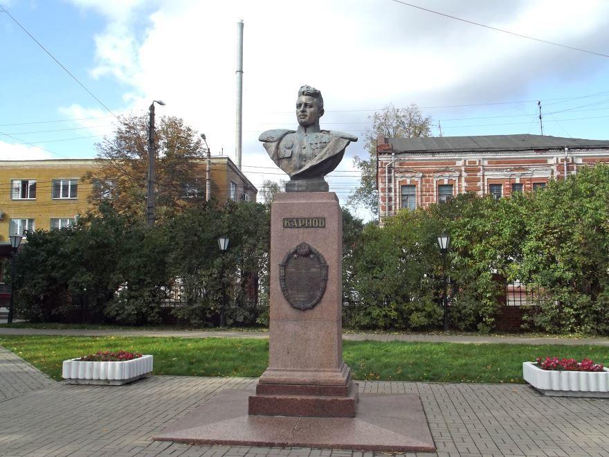 Памятник летчику Карпову город Калуга