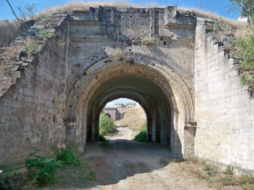 Форт Тотлебен ворота в город Керчь