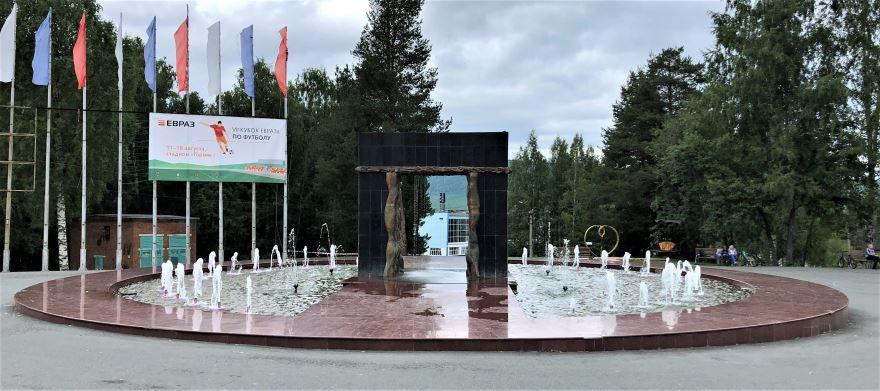 Смотреть красивое фото фонтан Портал будущего в городе Качканар