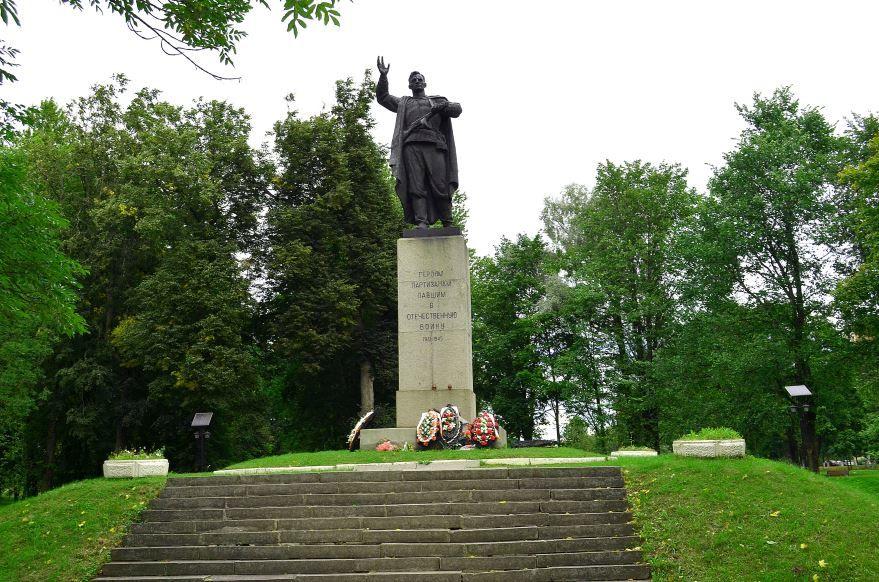 Памятник партизанам город Кингисепп