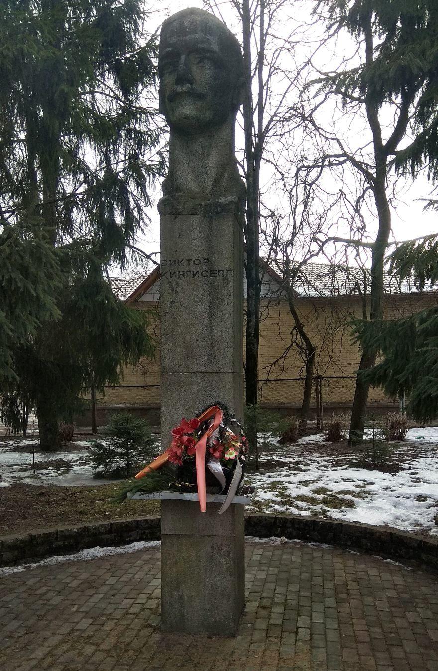 Памятник Виктору Кингисеппу в городе Кингисепп
