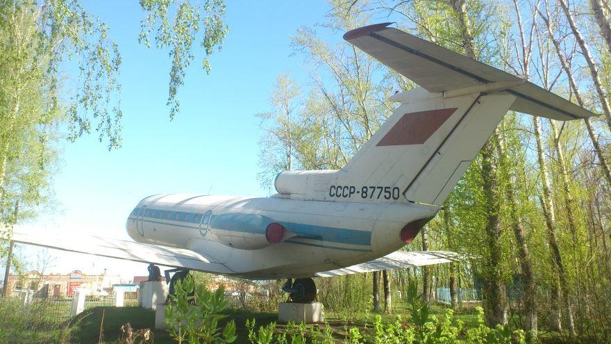 Памятник самолет ЯК-40 город Кирсанов