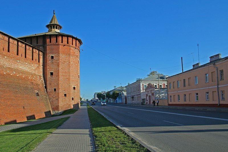 Смотреть красивое фото Улица Октябрьской Революции и башня Кремля город Коломна