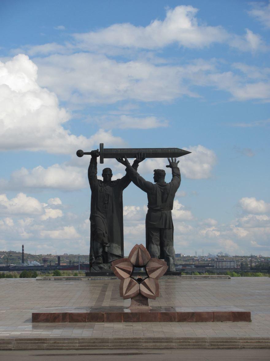 Монумент Тыл фронту в городе Магнитогорск