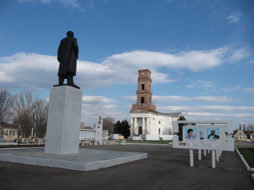 Памятник Ленину и Лютеранская церковь в городе Маркс