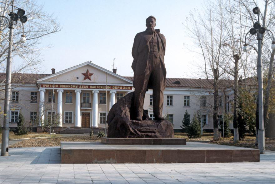 Памятник Курчатову город Курчатов