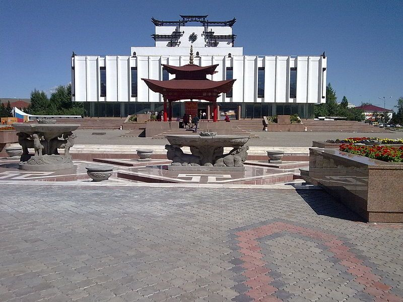 Музыкальный Драматический театр и буддийский молитвенный барабан город Кызыл