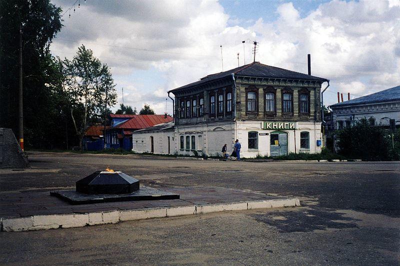 Вид от Вечного Огня на угол улицы Ленина город Лысково 2019