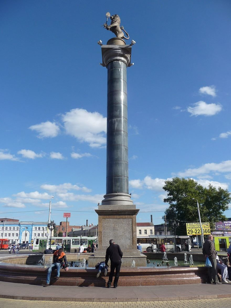 Колонна с символом города Красноярска львом с лопатой город Красноярск 2019