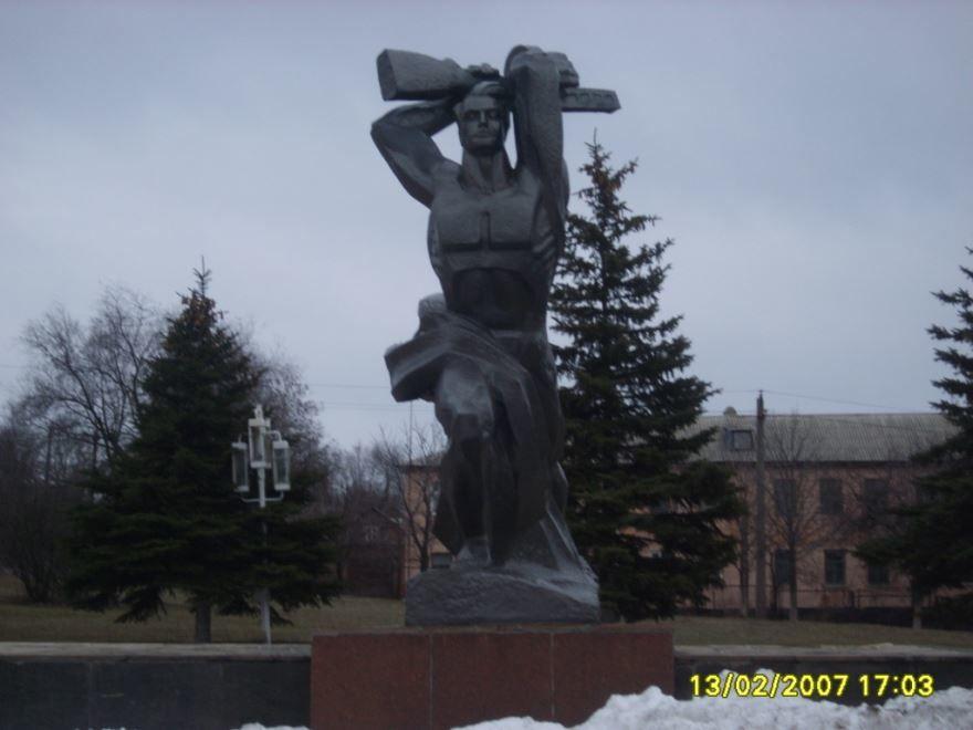 Монумент Победы город Красный Сулин
