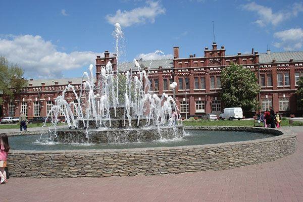 Скачать онлайн бесплатно лучшее фото фонтан на привокзальной площади город Кропоткин в хорошем качестве