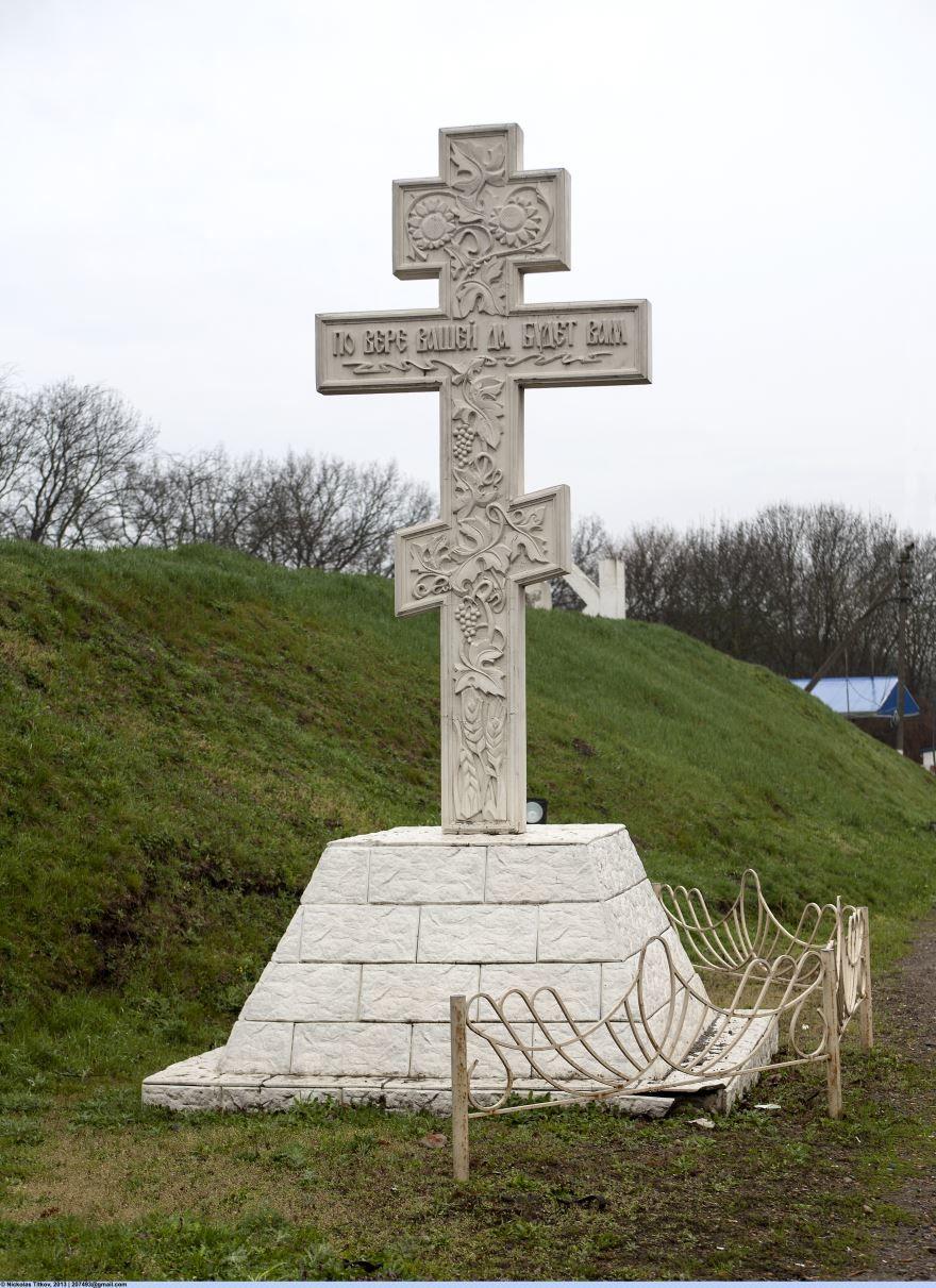Памятник каменный крест на въезде в город Кропоткин