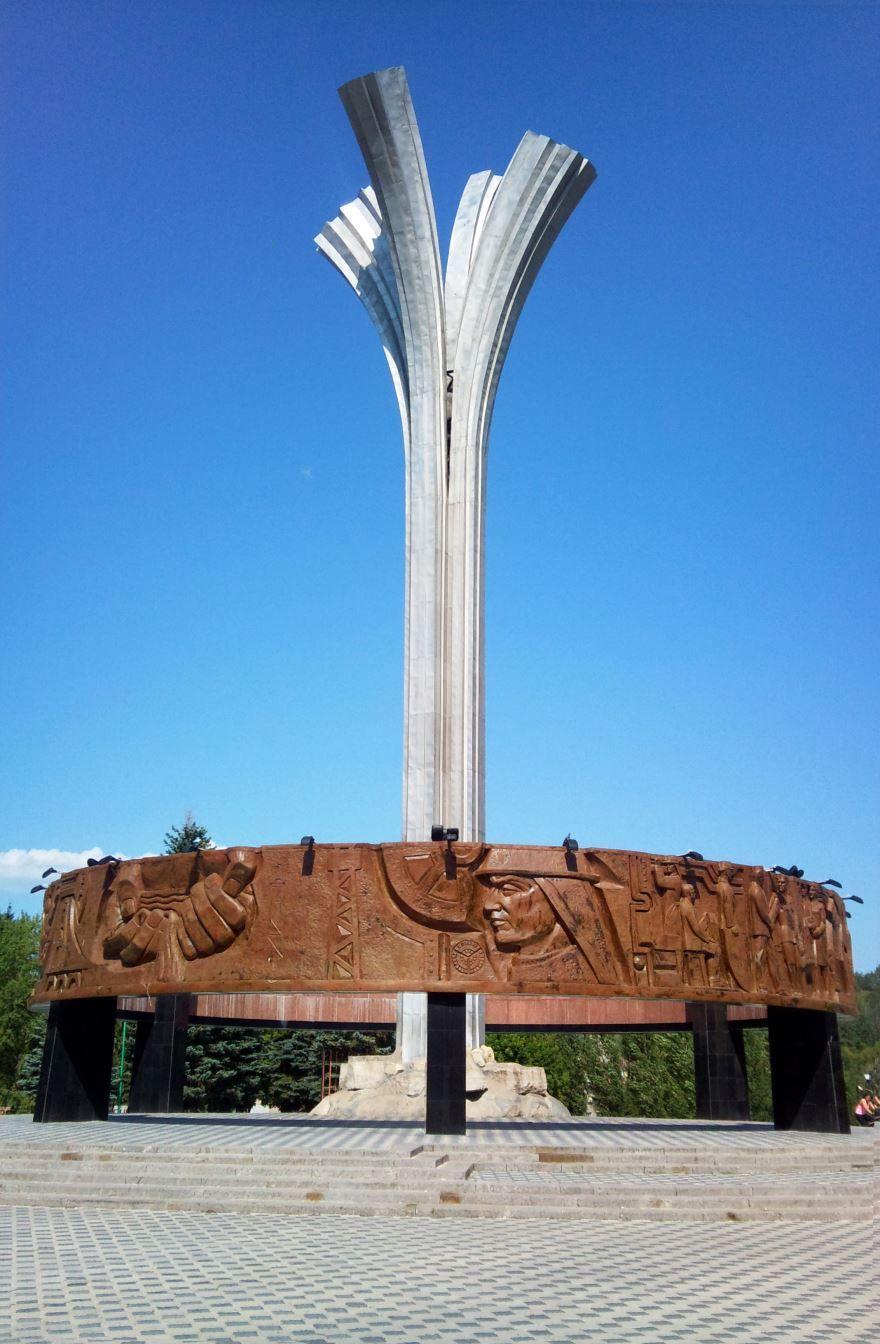 Монумент первооткрывателям нефти Татарии город Лениногорск