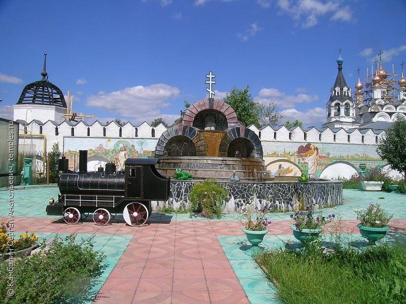 Скачать онлайн бесплатно красивое фото фонтан в Троицком женском монастыре город Муром