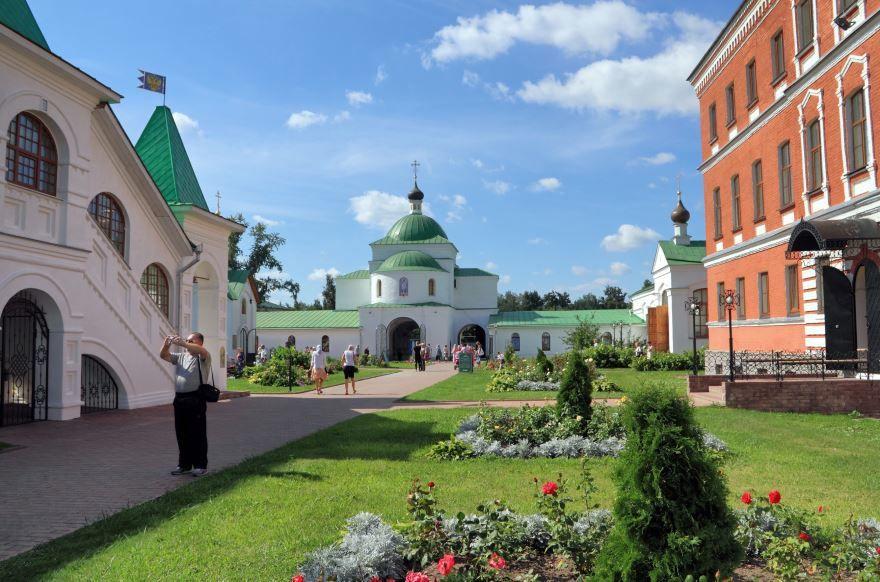 Спасо-Преображенский мужской монастырь Надвратная церковь Кирилла Белозерского