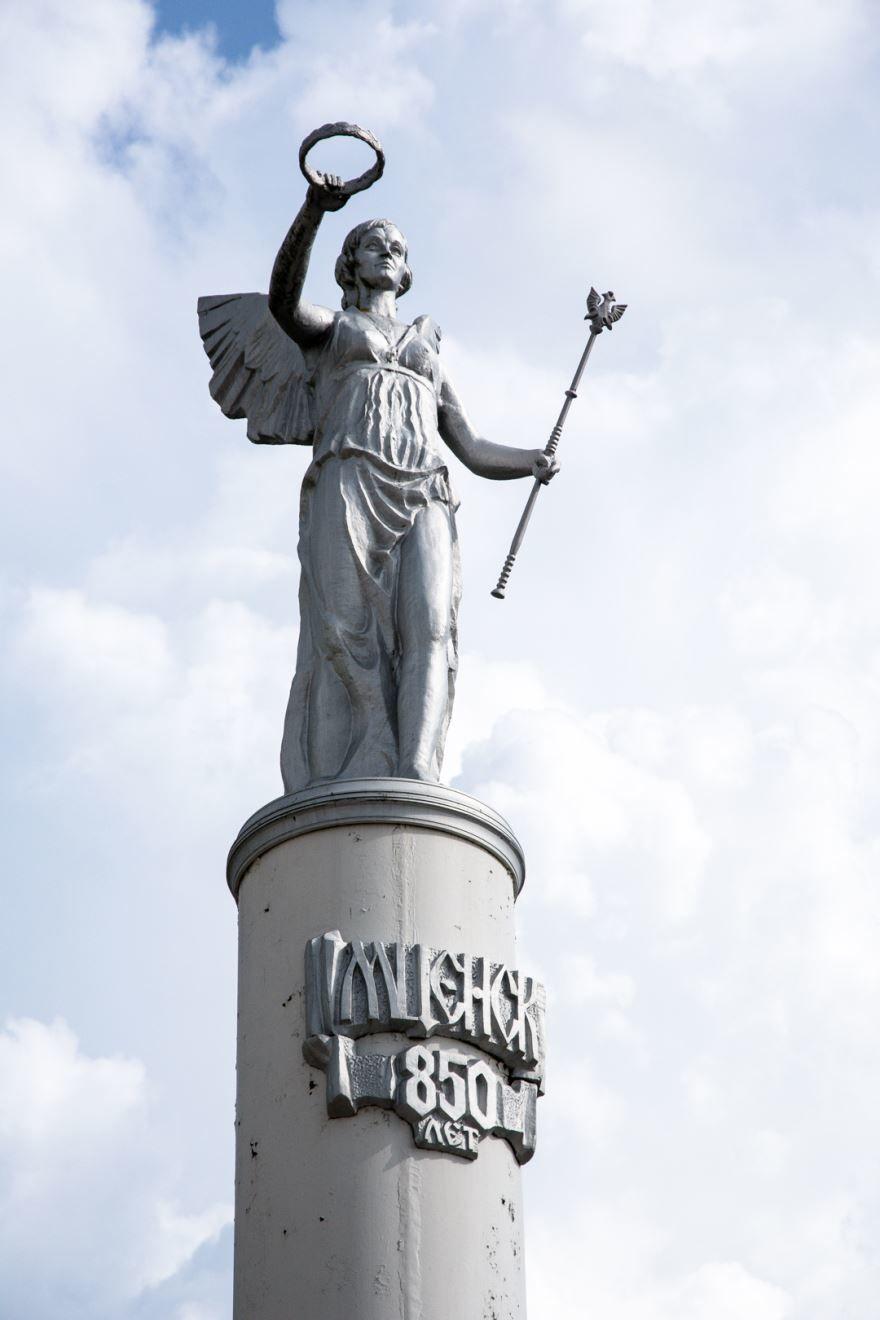 Монумент установлен в честь 850-летия города Мценск силами предприятий города