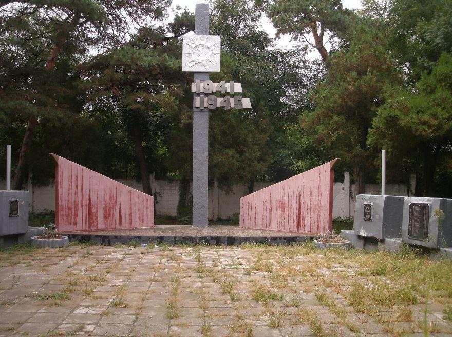 Памятник рабочим и служащим шерстяного комбината имени Ленина погибшим в годы Великой Отечественной войны город Невинномысск