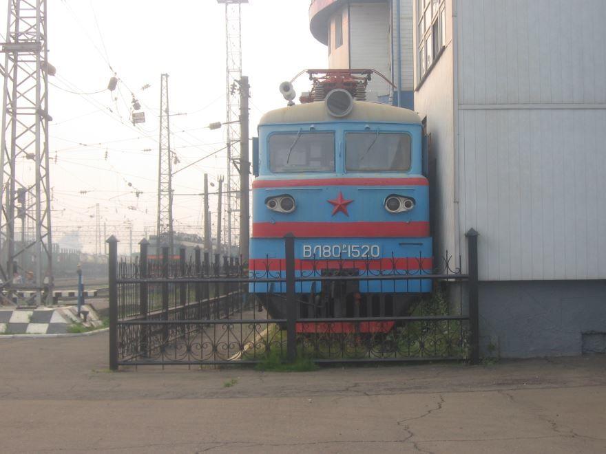 Электровоз экспонат на станции город Нижнеудинск 2019