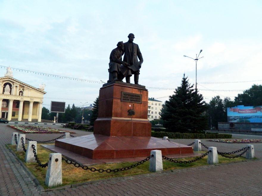 Памятник Черепановым город Нижний Тагил