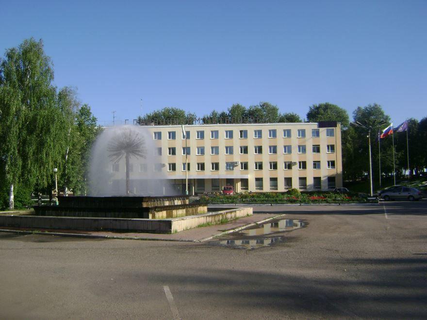 Здание заводоуправления ОМЗ и центральная площадь город Омутнинск 2019