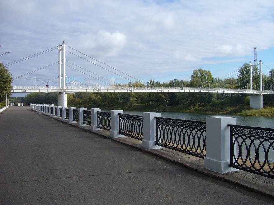 Пешеходный мост и набережная реки Урал город Оренбург