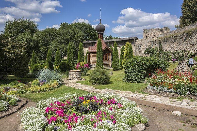 Скачать онлайн бесплатно лучшее фото Порховская крепость стены и часовня в хорошем качестве