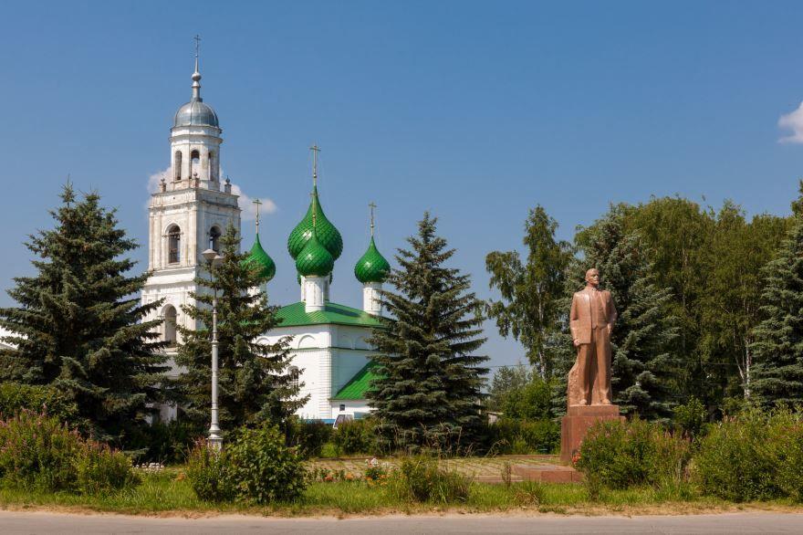 Ансамбль Троицкой церкви и памятник В.И. Ленину город Пошехонье