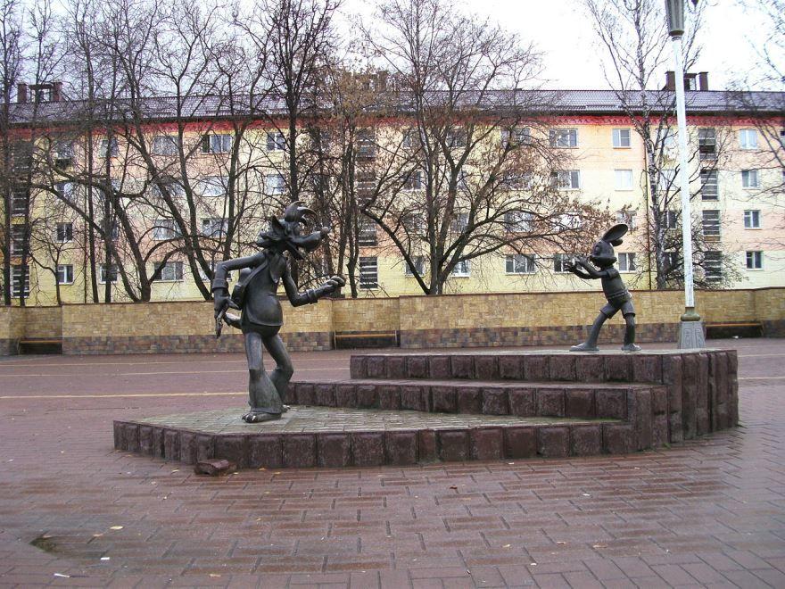 Скульптуры главных персонажей мультсериала Ну погоди город Раменское