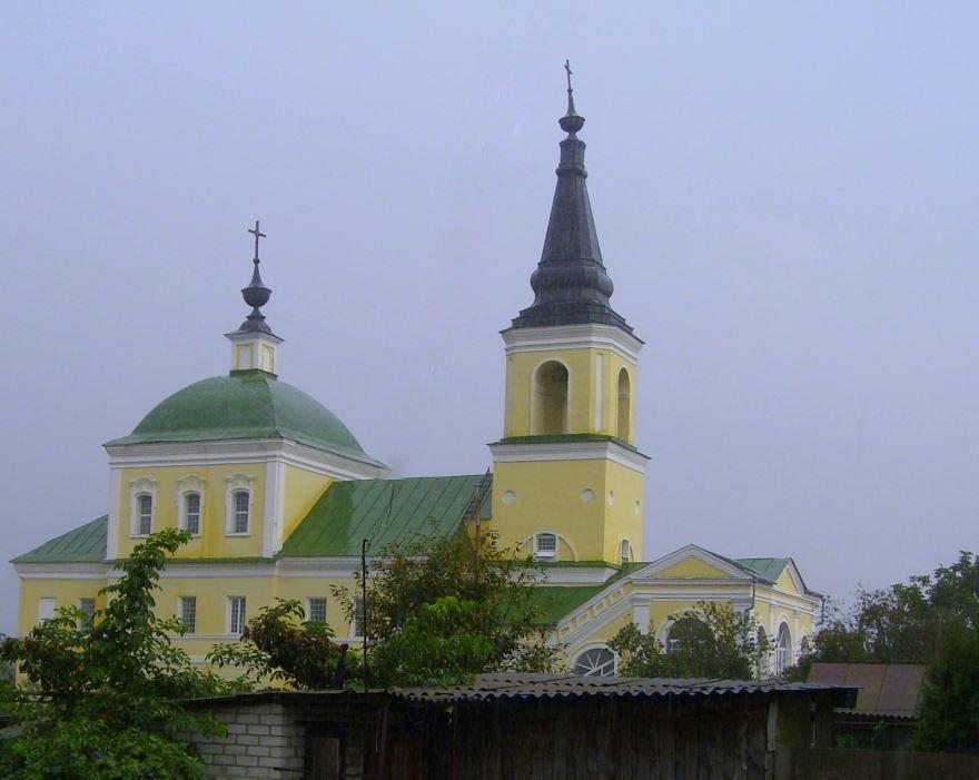 Дворовый вид на церковь город Севск