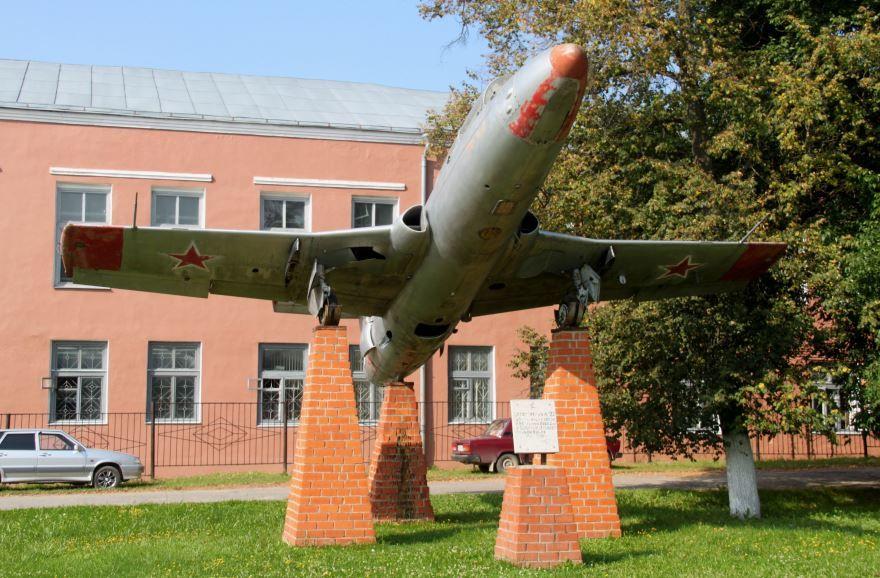 Памятник самолет Л-29 в городе Спас Клепики