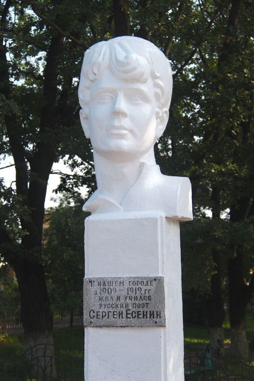 Памятник Сергею Есенину в городе Спас Клепики