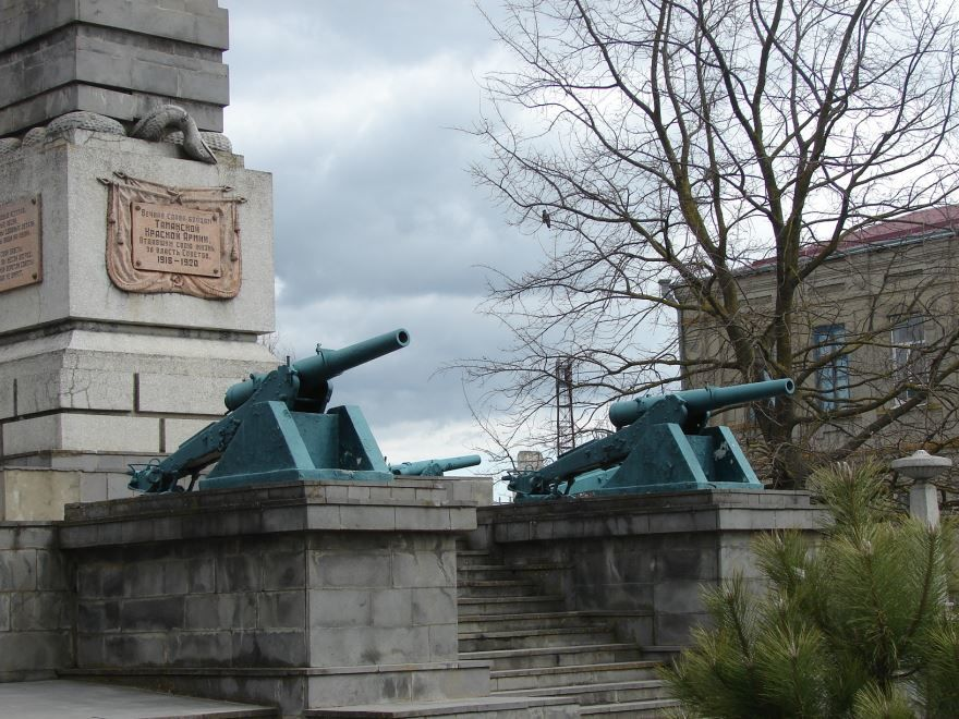 Орудия времен русско-японской войны у обелиска воинам Таманской Красной Армии город Славянск на Кубани