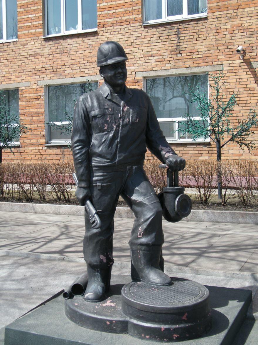 Памятник водопроводчику город Уссурийск