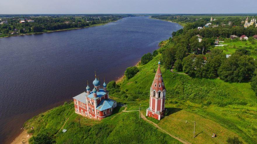 Смотреть красивое фото вид сверху на церковь город Тутаев