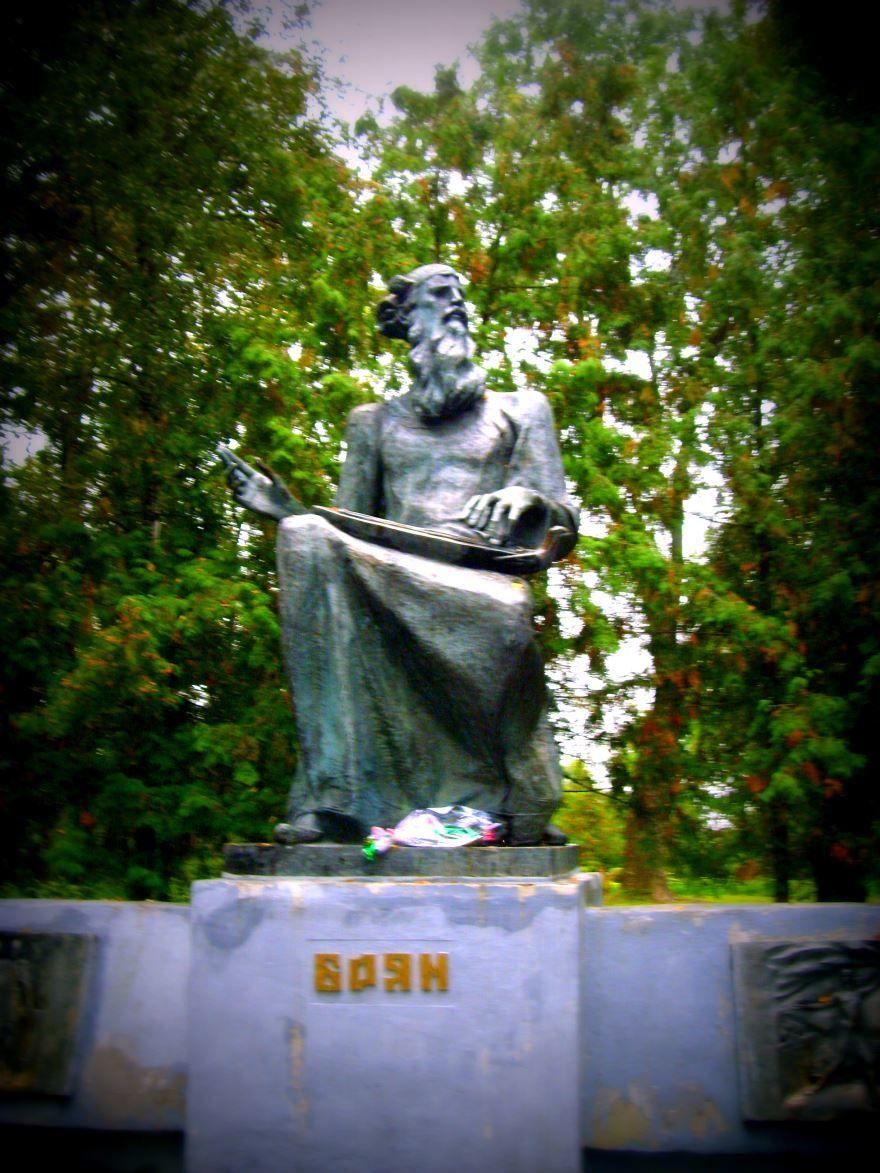 Памятник Сказитель Боян город Трубчевск