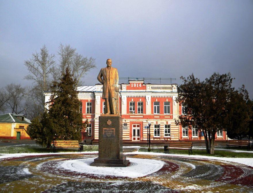 Смотреть красивое фото памятник барону А. Ребиндеру город Шебекино