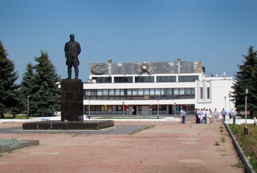 Памятник Чкалову и дворец культуры спорта город Чкаловск