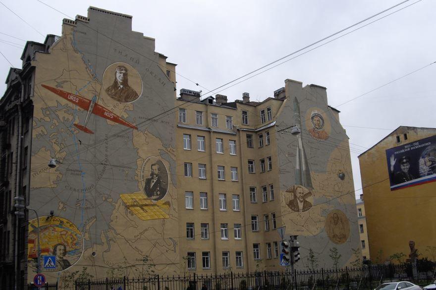 Смотреть красивое фото портрет Чкалова и самолет Ант-25 на стене дома город Чкаловск