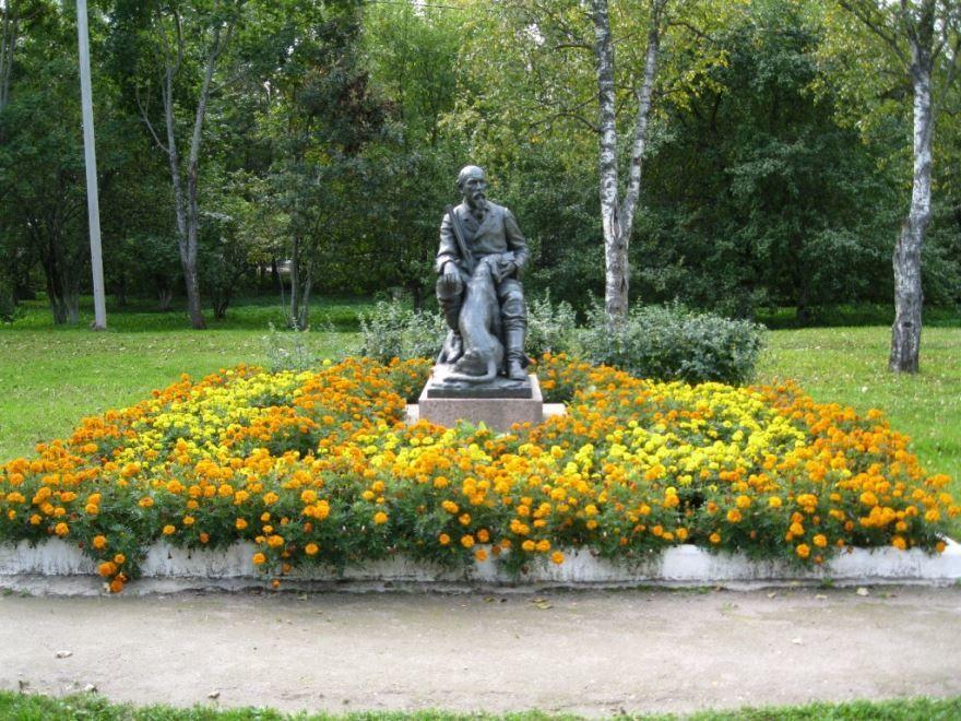 Памятник Некрасову город Чудово Новгородская область