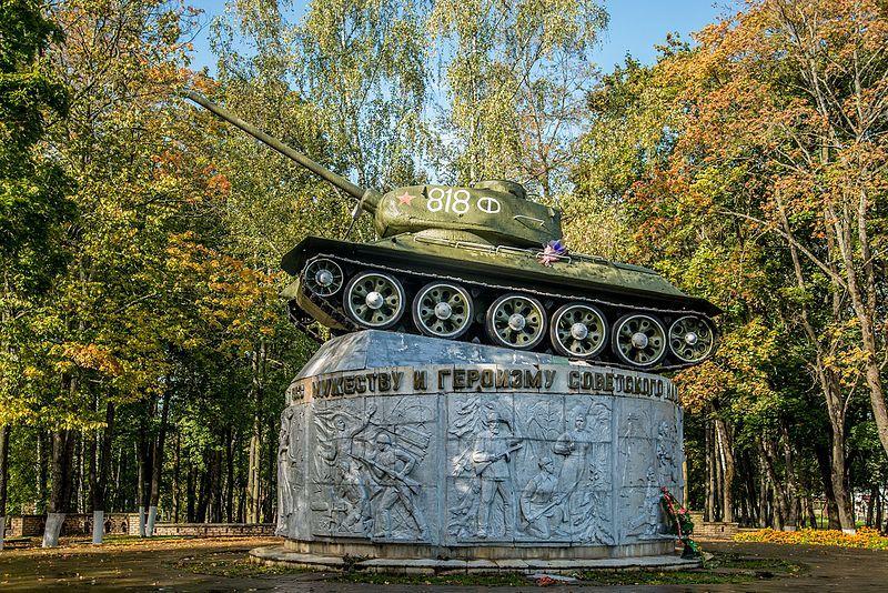 Памятник танк Т-34 установленный в честь Победы Советского народа в годы Великой Отечественной войны город Ярцево