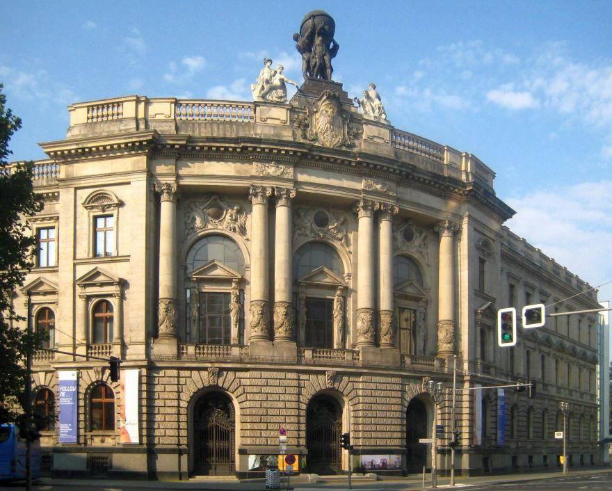 Смотреть красивое здание музея город Берлин