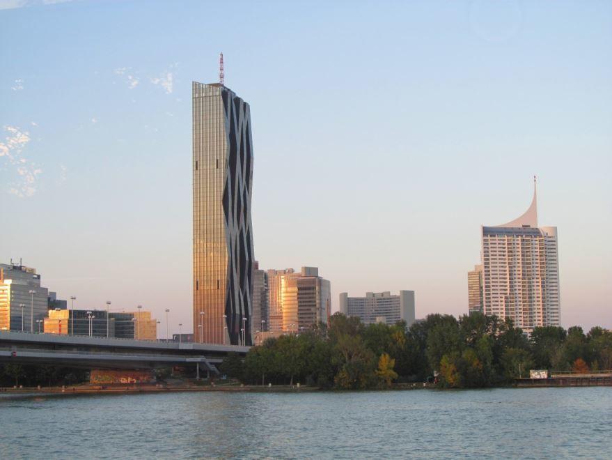 Смотреть красивое фото вид с реки Дунай на город Вену