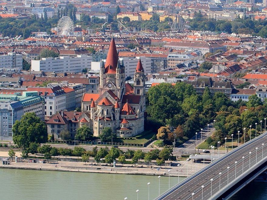 Скачать онлайн бесплатно лучшее фото вид сверху на город Вену в хорошем качестве