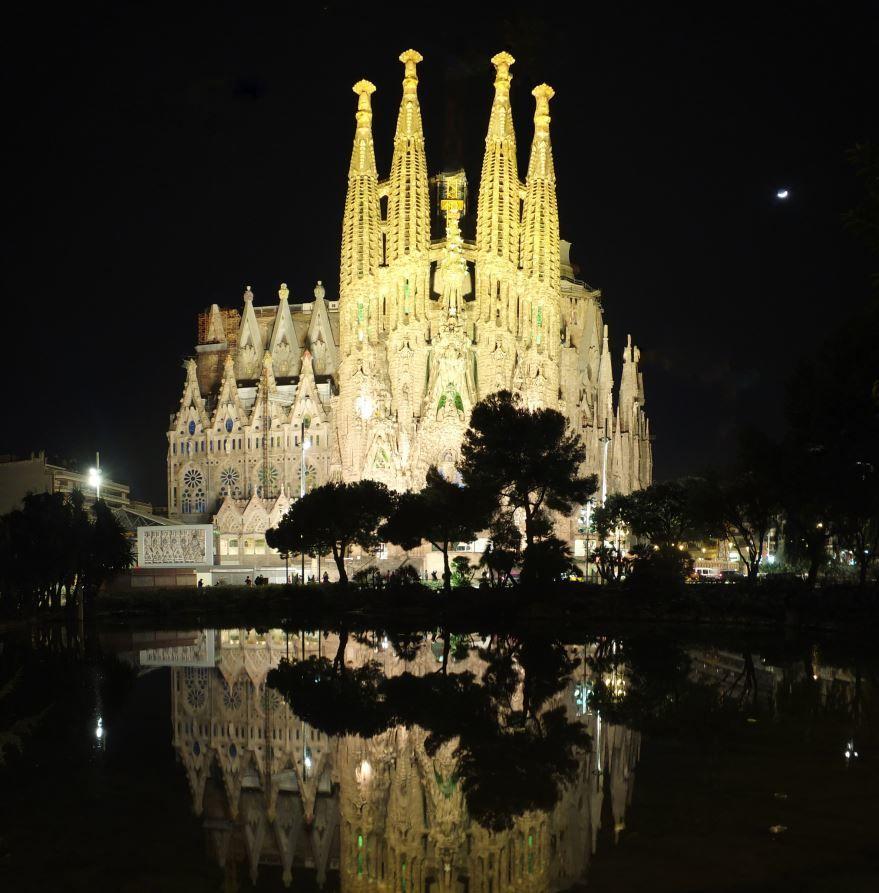 Смотреть лучшее ночное фото города Барселона 2019 в хорошем качестве