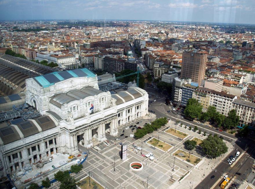 Скачать онлайн бесплатно лучшее фото вид сверху город Милан Италия в хорошем качестве