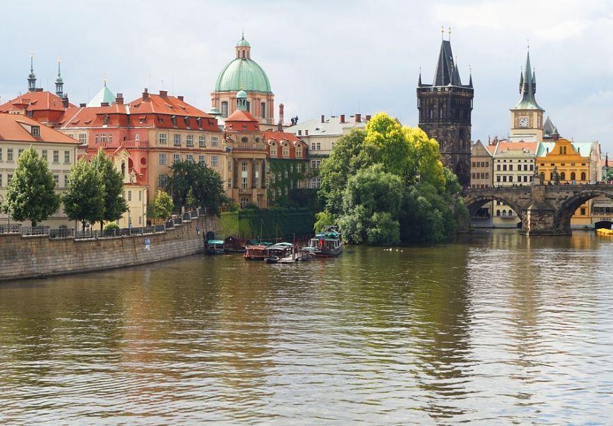 Смотреть красивое фото вид со стороны реки город Прага 2019