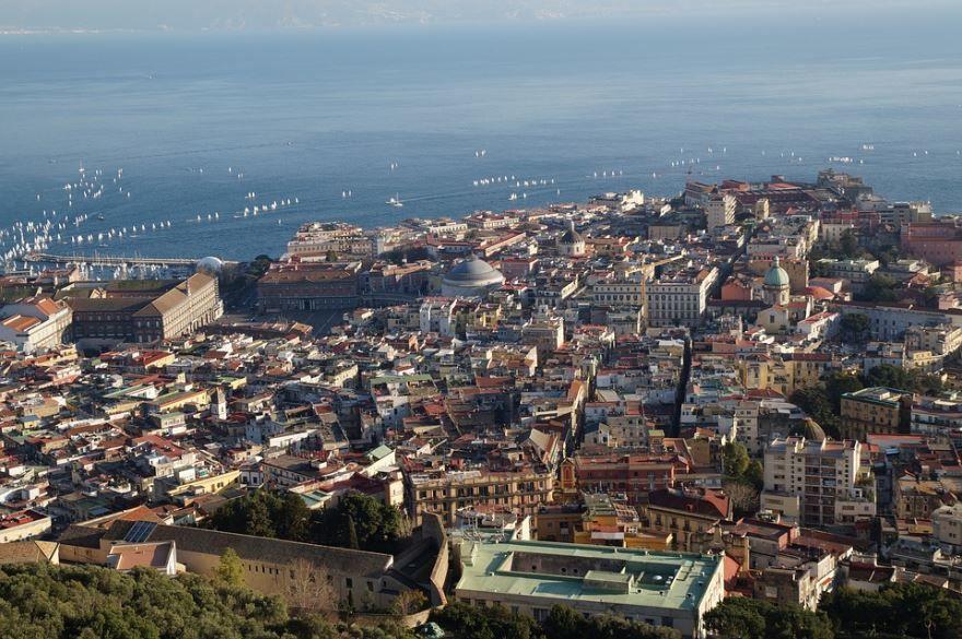 Смотреть красивый вид сверху город Неаполь